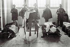 Československí legionári držia čestnú stráž pri katafalkoch s telesnými pozostatkami Štefánika a jeho sprievodu.