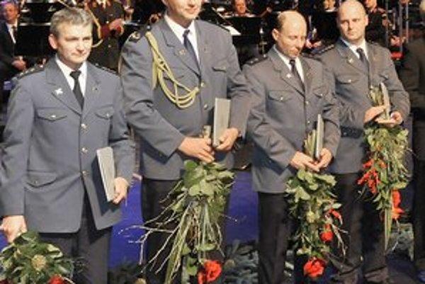 Miroslav Priesol (na fotografii vľavo) počas slávnostného odovzdávania.