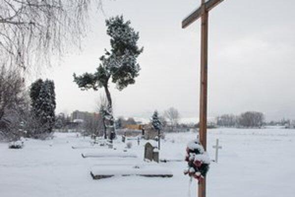 Na cintoríne je veľa hrobov, o ktoré sa už nikto nestará.