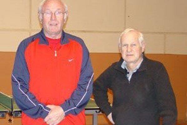 Na fotografii zľava Marián Klačko a Ján Grófik.  Ostrieľaní seniori sa svoj obľúbený šport ešte nechystajú zavesiť na klinec.