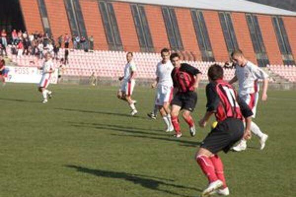 Púchovčania (v červenom) napriek problémom I. ligu dohrajú.