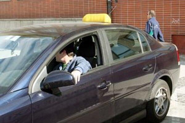 Polícia varuje ľudí, aby nesadali do auta k neznámym ľuďom.