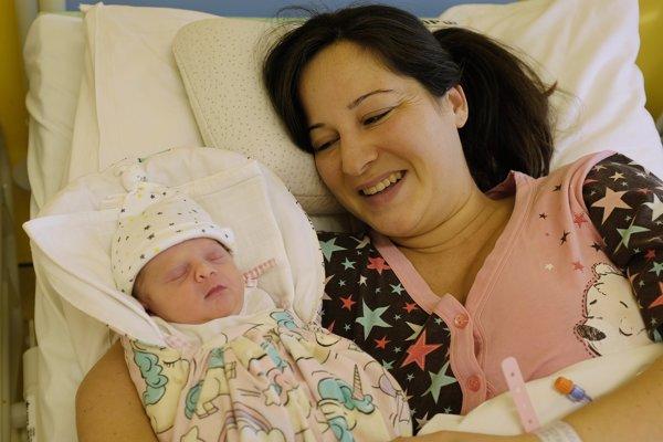 Na snímke Sofia, prvé dieťa narodené v Novom roku na východnom Slovensku 29 minút po polnoci a jej mama Nikoletta oddychujú na gynekologicko-pôrodníckom oddelení v Nemocnici Poprad v Poprade