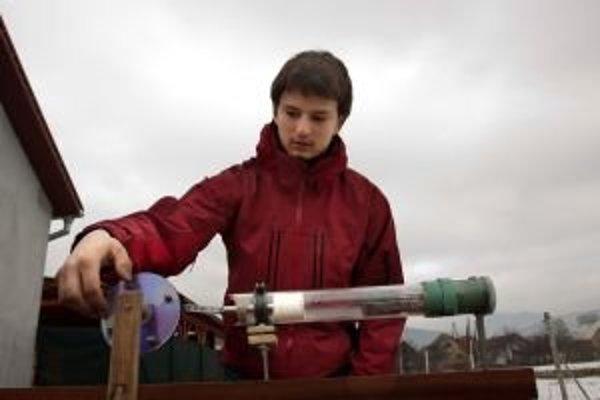 Dominik sa do súťaže zapojil s nápadom dostať opäť do popredia Stirlingov motor, ktorý by chcel zabudovať do kotlov na vykurovanie domov. Dokázal by tak vyrábať aj elektrickú energiu pre domácnosť.