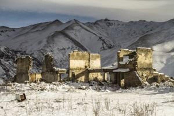 Vojna medzi Arménskom a Azerbajdžanom o Náhorný Karbach sa skončila síce pred osemnástimi rokmi prímerím, ale napriek tomu v tichosti pokračuje ďalej. Krehký stav zdanlivého prímeria môže kedykoľvek prepuknúť do masakry.