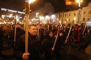 Protestujúci niesli v rukách fakle, zástavy Ukrajiny a nacionalistických organizácií, pričom skandovali protiruské slogany.