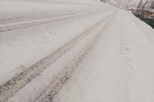 Pre piatimi minútami išli cestári a prešli dve autá. Sneh sa na ceste nahromadí v priebehu pár minút, napísala nám autorka snímky.