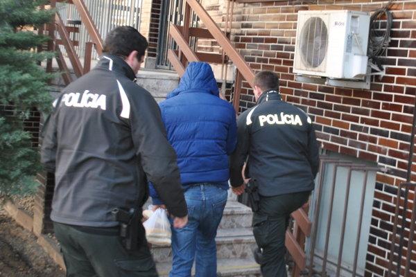 Eskorta privádza Jozefa do väznice na Floriánskej ulici.
