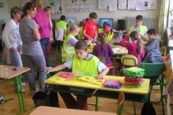 Postihnuté ani nadané deti nemali problém spolu komunikovať počas riešenia výtvarných úloh.