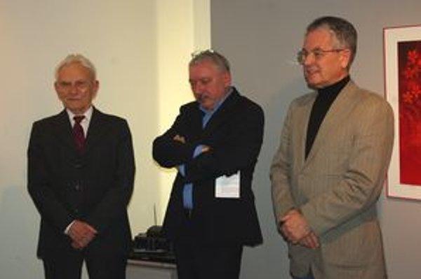 Majster Behrík (vľavo) s kurátorom výstavy M. Mazúrom a starostom Bytče P. Korcom.