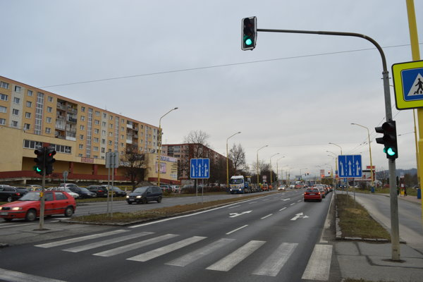 Na ulici Armádneho generála Svobodu sa nachádza na pomerne krátkom úseku viacero svetelných križovatiek.