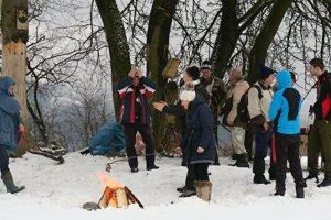 Na Krnáči si ľudia opekali vobklopení snehu.