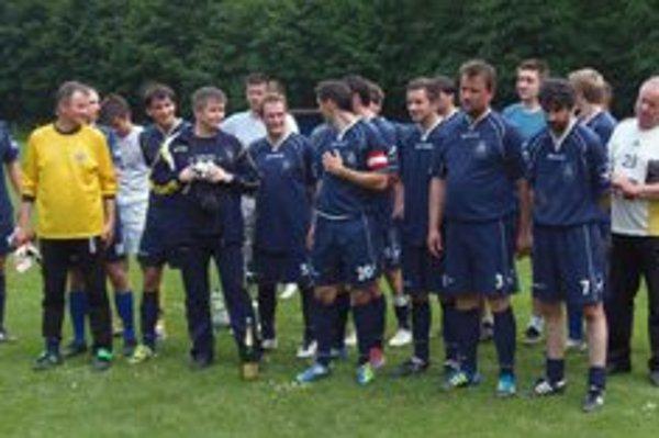 Pohára víťazovi II. triedy dospelých, futbalovému oddielu Havran Ľubochňa odovzdali funkcionármi Liptovského futbalového zväzu.