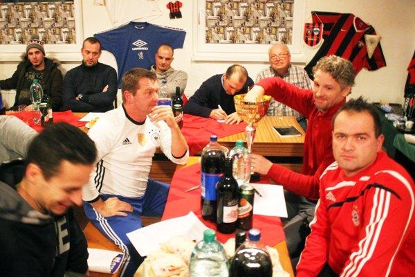 Zástupcovia zúčastnených klubov si vyžrebovali zloženie základných skupín.