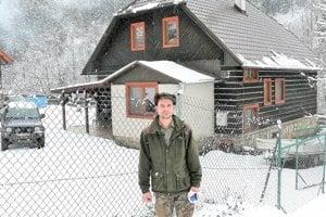 Tomáš Hatala, mladý horár pochádzajúci zVrútok, žije vhorárni Maršalovo vKantorskej doline.