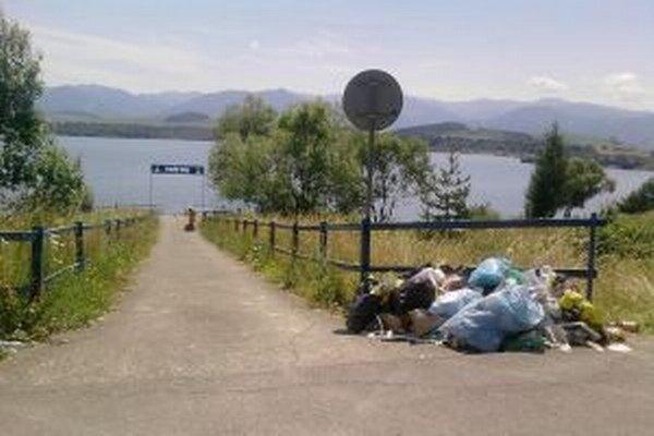 Aj pri ceste do prístavu sú nahádzané plné plastové vrecia odpadkov.