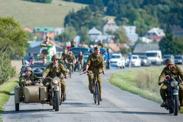 Ilustr. foto: Dobová eskadróna ako súčasť osláv SNP