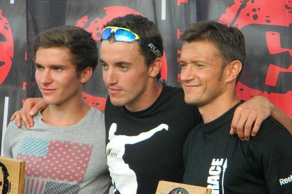 Peter Žiška (na fotografii uprostred) je spoluzakladateľom bežeckej školy na lyžiach na Slovensku.