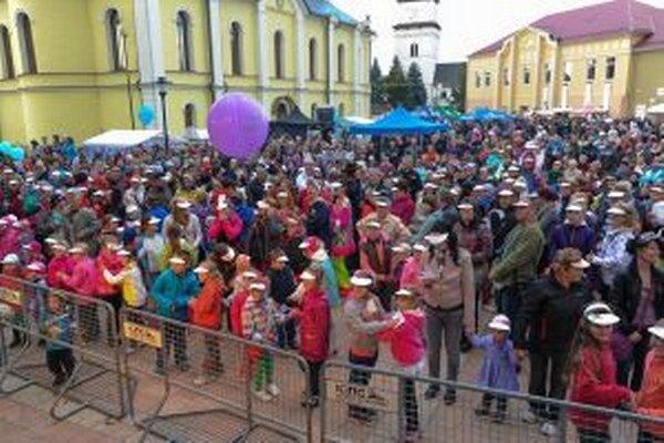 Rekordný tanec na obuvnícku pieseň šimi-šimi tancovalo 491 ľudí.