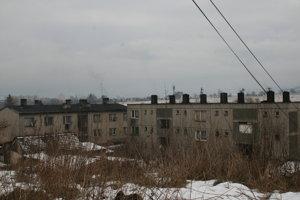 V bytovke vpravo býva Lenka s rodinou.