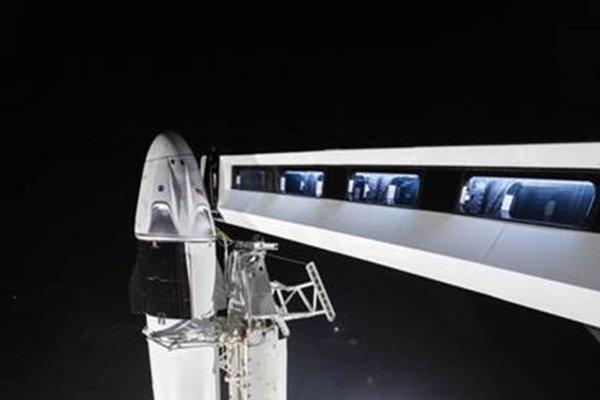 """""""Pardon, aby bolo jasné, je to skutočné. Nejde o počítačom spravený obrázok,"""" napísal Musk na twitteri. Záber ukazuje astronautský mostík vedúci ku kapsule Crew Dragon."""