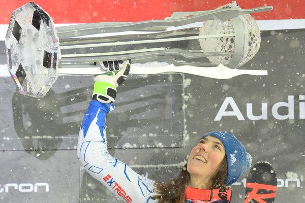 Petra Vlhová s trofejou za víťazstvo vo Flachau.