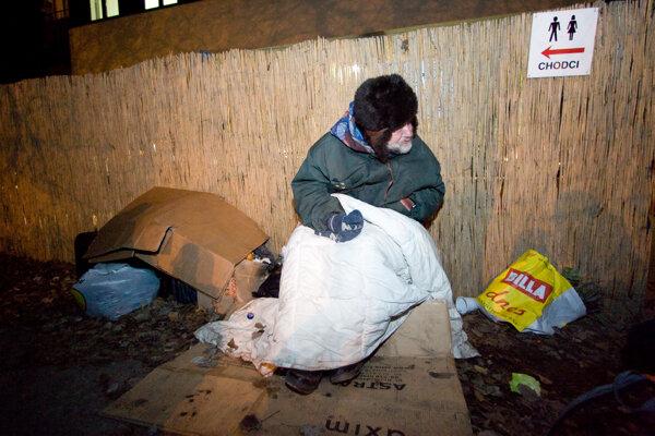 Niektorí hľadajú útočisko vcharite, iní zostávajú na ulici. Novembrové mrazy si vyžiadali obeť. VČadci zamrzol bezdomovec. Hasiči ho našli pri Kysuckej nemocnici.