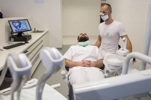 Študenti v novom výučbovom pracovisku Katedry zubného lekárstva.
