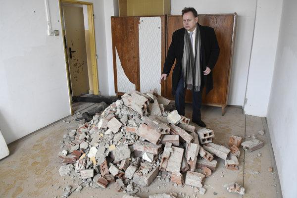 Rektor Prešovskej univerzity Peter Kónya počas prehliadky izby starého internátu.