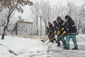 Sneh skomplikoval dopravnú situáciu aj v Belej. Ilustračné foto.