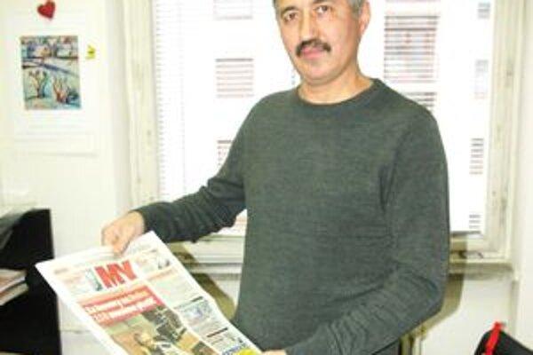 Pán Miroslav s posledným číslom novín.