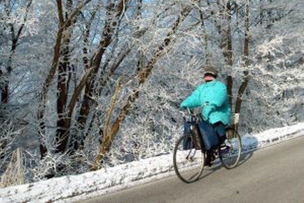 Cyklisti by mali v období, keď sú cesty mokré alebo klzké, nechať bicykle radšej doma. Zbytočne riskujú.