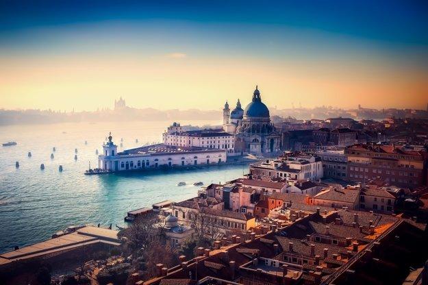 Benátky v zime objíma hmla.