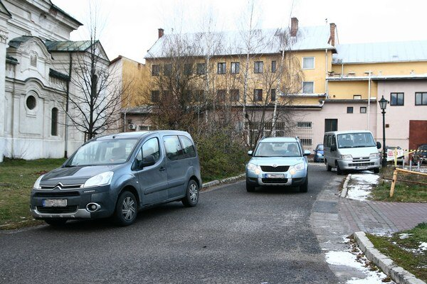 Počas pracovných dní komplikujú prejazd ulicou aj chaoticky parkujúce autá na pravej i ľavej strane cesty.