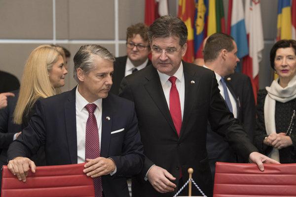 Stály predstaviteľ Slovenska pri OBSE Radomír Boháč a vpravo úradujúci predseda Organizácie pre bezpečnosť a spoluprácu v Európe (OBSE) a minister zahraničných vecí a európskych záležitostí Miroslav Lajčák.
