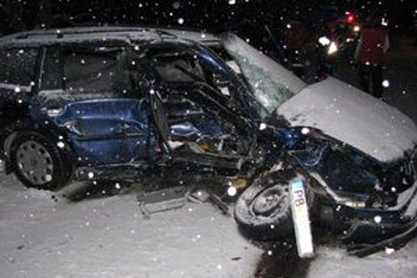 Zdemolované auto zostalo po nehode.