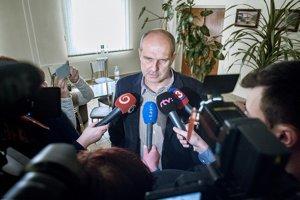 Policajný prezident Milan Lučanský hovorí s novinármi po svojej svedeckej výpovedi na pojednávaní Špecializovaného trestného súdu v Banskej Bystrici v kauze zločineckého gangu sátorovci.