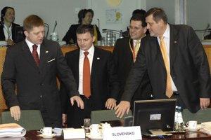 8. marec 2007. Premiér Robert Fico, minister financií Ján Počiatek, veľvyslanec pre EÚ Maroš Šefčovič a minister zahraničných vecí Ján Kubiš prichádzajú na zasadnutie Európskej rady v Bruseli.