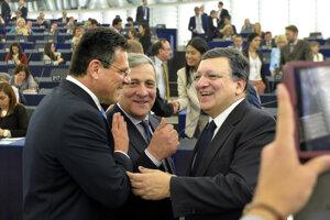 2. júl 2014. Podpredseda Európskej komisie Maroš Šefčovič (vľavo) spolu predsedom EK José Manuelom Barrosom (vpravo) diskutujú s podpredsedom EP Antoniom Tajanim o začiatku talianskeho predsedníctva v EÚ na zasadaní Európskeho parlamentu v Štrasburgu.