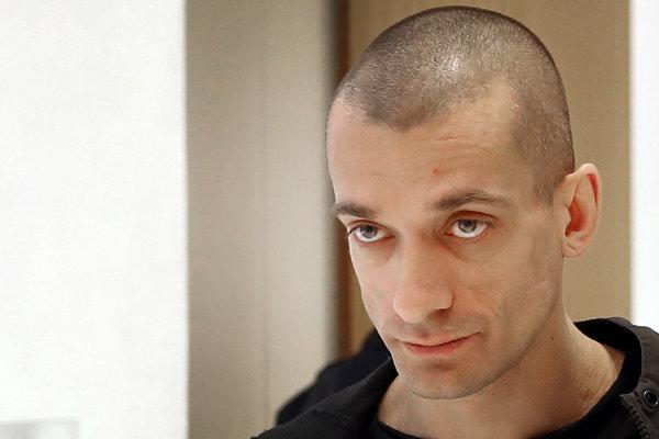 Ruský umelec Pjotr Pavlenskij prichádza na súd v Paríži 10. januára 2019.