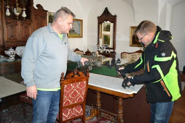 Riaditeľ Daniel Andráško (vpravo) a správca kaštieľa Róbert Jakubec majú pri sťahovaní exponátov a nábytku všetko pod kontrolou.