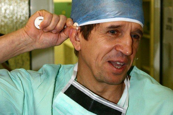 Časť voperujú do spánkovej kosti. Mikrofón zostáva na vonkajšej strane ucha. Jeho použitie názorne predviedol prednosta kliniky Marián Sičák.