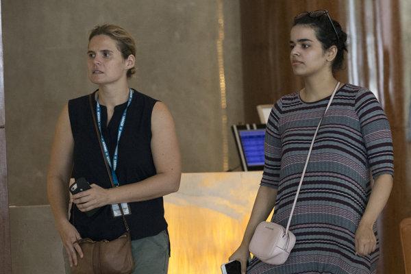 Rahaf Muhammad Mutlak al-Kunúnová (vpravo) odletela do Kanady.