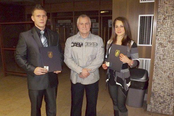 Kulturista Erik Halaška a fitneska Dominika Multáňová s trénerom Ľubomírom Hečkom.