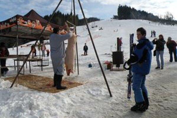 Pohľad na domácu zabíjačku lyžiarov lákal.