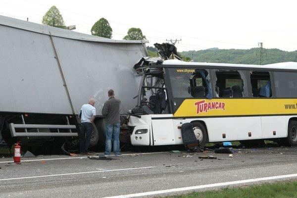 K najtragickejšej nehode prišlo vlani v apríli, keď sa na R1 pri Bystrici zrazili autobus a kamión.