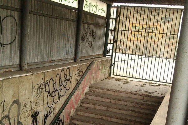 Na vstupoch sú dnes mreže. Pod zúbožený stav sa podpísali aj vandali.