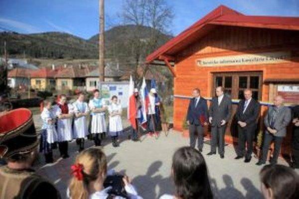 Kanceláriu slávnostne otvorili, do letnej turistickej sezóny bude v skúšobnej prevádzke.