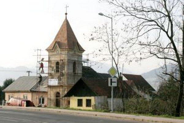 Zvonica v Okoličnom má vyše sto rokov.