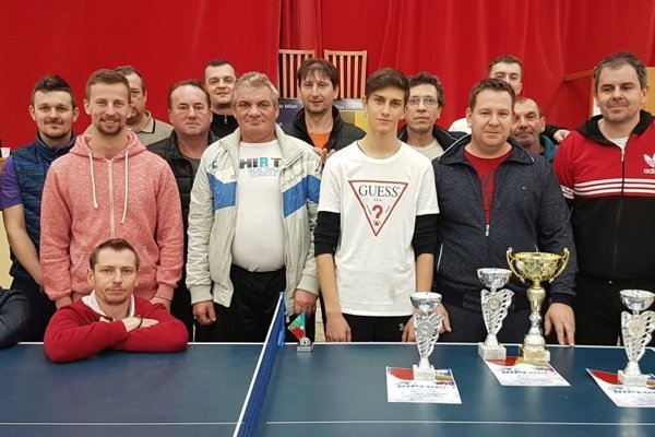 Zúčastnení stolní tenisti na turnaji vo V. Bedzanoch.